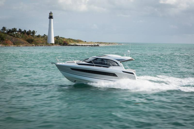 Leader 33 │ Leader de 11m │ Bateaux powerboat Jeanneau  18310