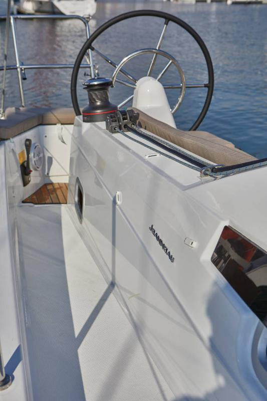 Sun Odyssey 410 │ Sun Odyssey Walk-Around of 12m │ Boat Sailboat Jeanneau 2-Anchoring 12306
