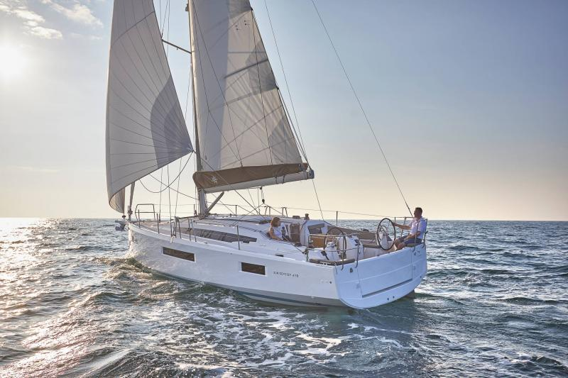 Sun Odyssey 410 │ Sun Odyssey Walk-Around of 12m │ Boat Sailboat Jeanneau 1-Navigation 12301