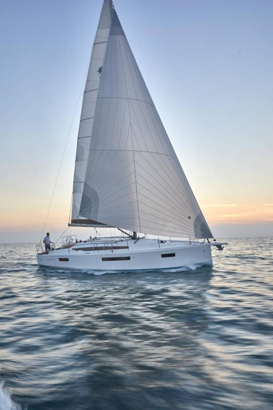 Sun Odyssey 410 │ Sun Odyssey Walk-Around of 12m │ Boat Sailboat Jeanneau 1-Navigation 12289