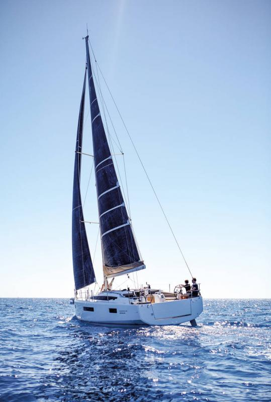 Sun Odyssey 410 │ Sun Odyssey Walk-Around of 12m │ Boat Sailboat Jeanneau 3-Lifestyle 14056