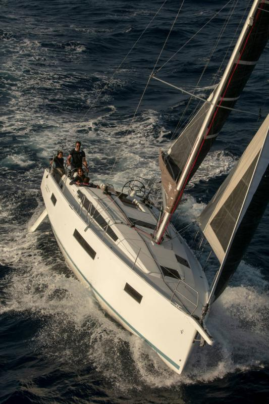 Sun Odyssey 410 │ Sun Odyssey Walk-Around of 12m │ Boat Sailboat Jeanneau 1-Navigation 14161