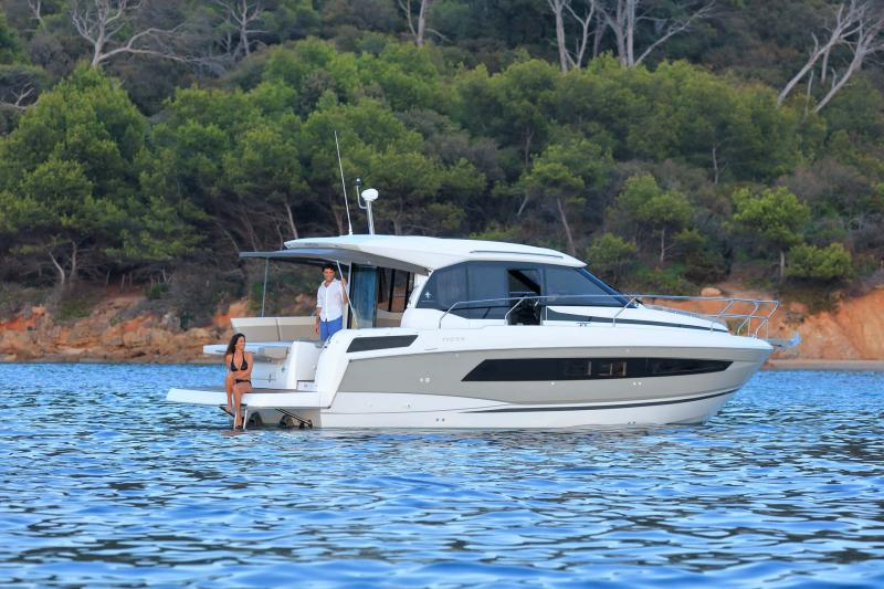 NC 33 │ NC of 11m │ Boat powerboat Jeanneau  10782
