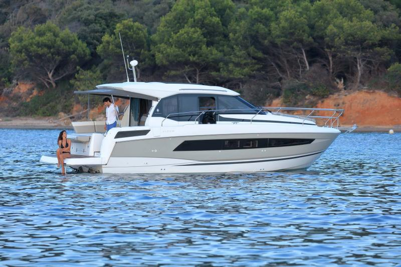 NC 33 │ NC of 11m │ Boat powerboat Jeanneau  10783