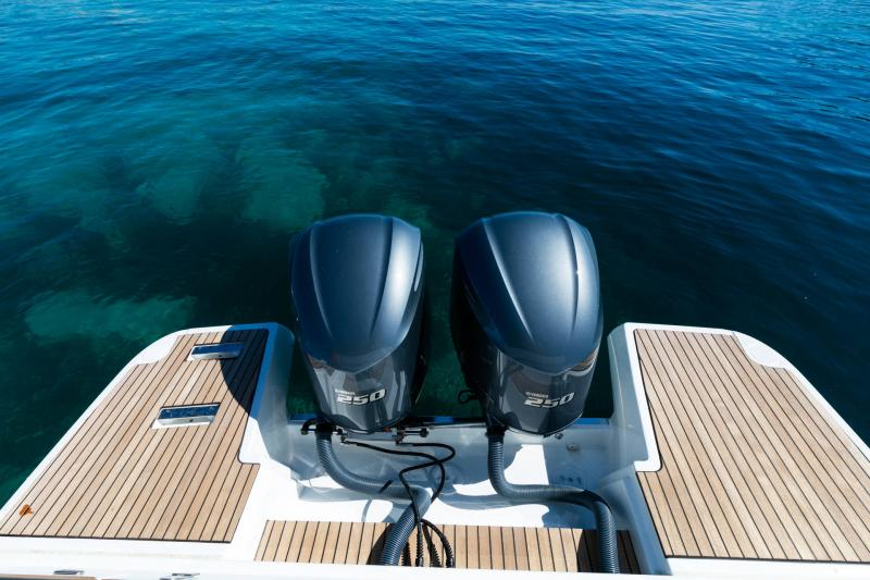 Leader 33 │ Leader of 11m │ Boat powerboat Jeanneau Outboard version 18260