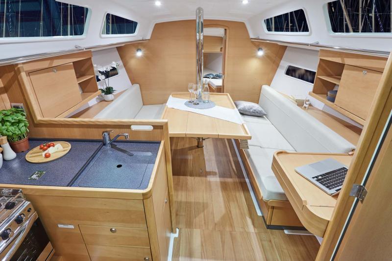 Sun Odyssey 319 Vistas del interior 2