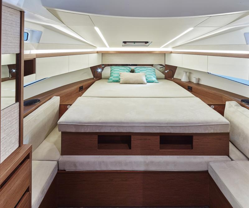 Leader 33 OB │ Leader of 11m │ Boat Inboard Jeanneau A large forward cabin offering privacy 4492