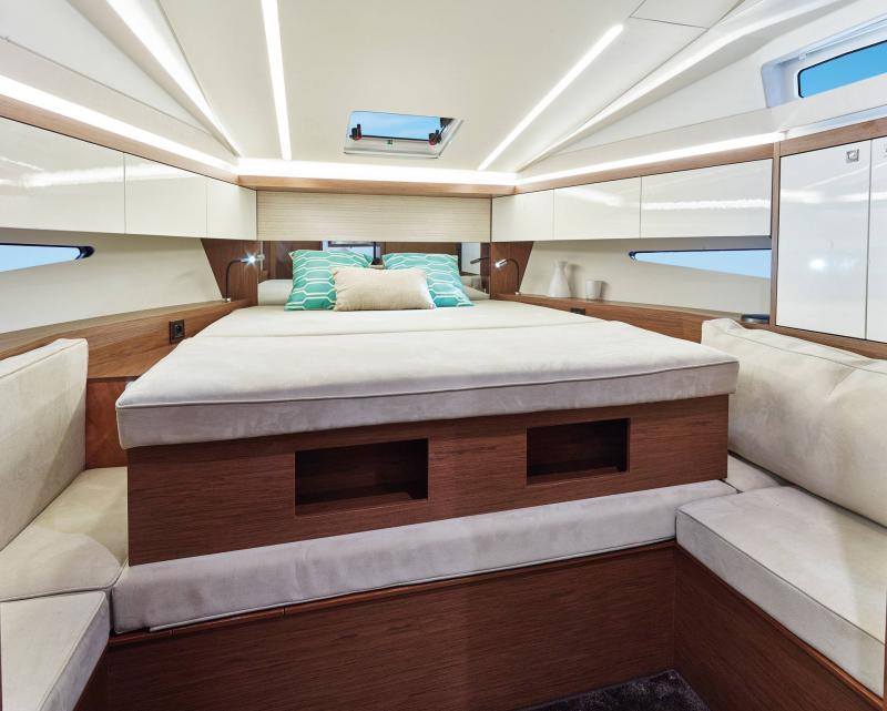 Leader 33 │ Leader of 11m │ Boat Intra-borda Jeanneau Owner Cabin 14282
