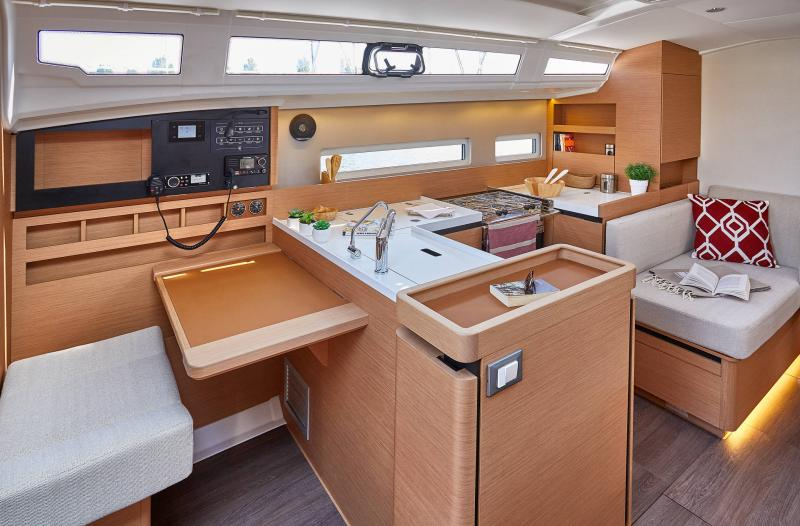 Sun Odyssey 410 │ Sun Odyssey Walk-Around of 12m │ Boat Sailboat Jeanneau Saloon 12360