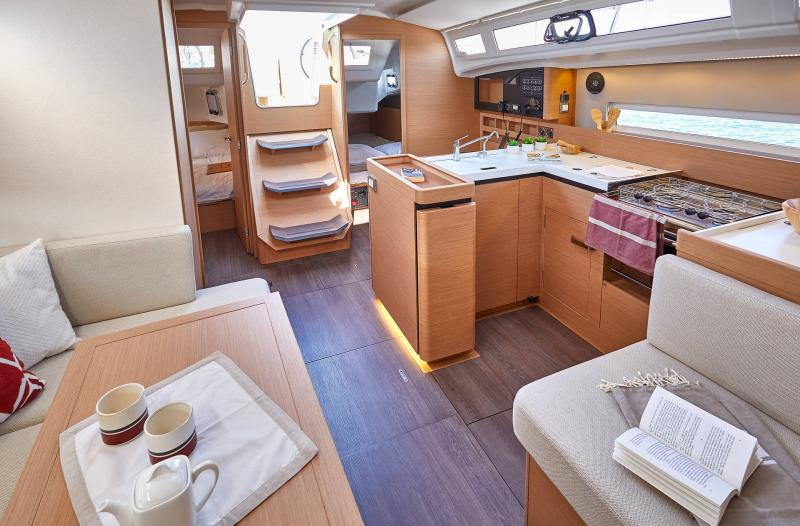 Sun Odyssey 410 │ Sun Odyssey Walk-Around of 12m │ Boat Sailboat Jeanneau Saloon 12364