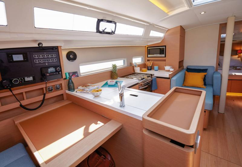 Sun Odyssey 410 │ Sun Odyssey Walk-Around of 12m │ Boat Sailboat Jeanneau Helm station 14121