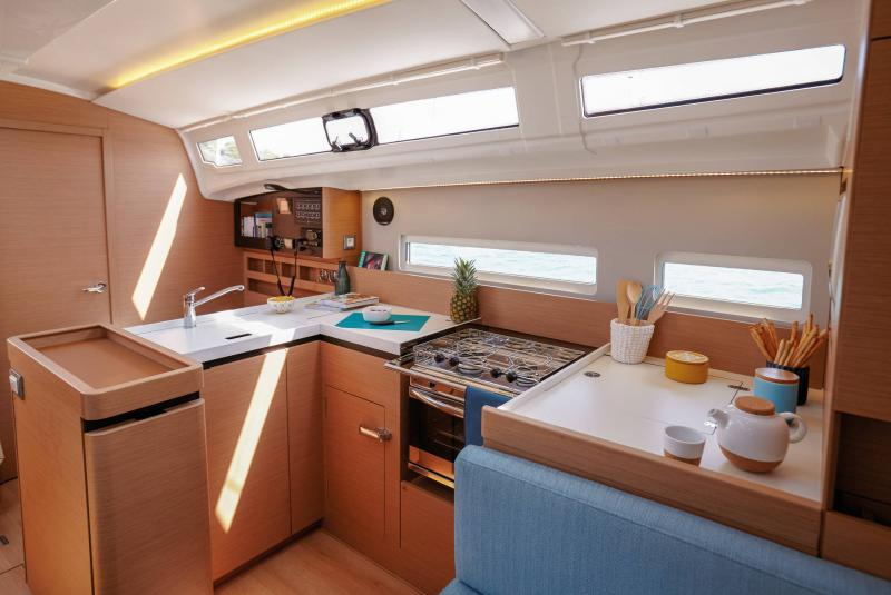 Sun Odyssey 410 │ Sun Odyssey Walk-Around of 12m │ Boat Sailboat Jeanneau Cuisine galley 14120