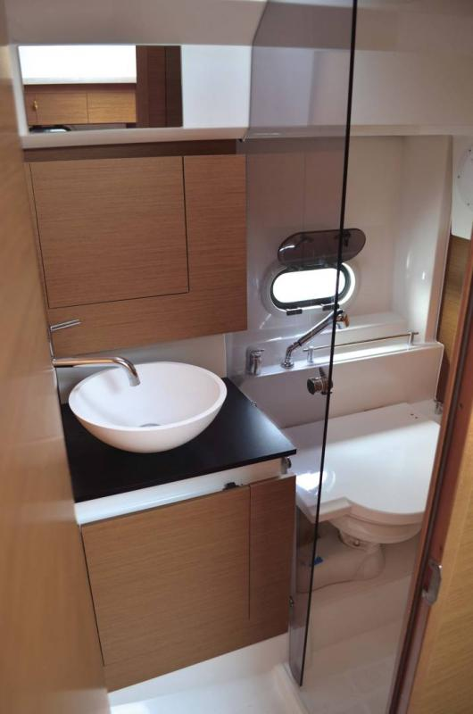 Cap Camarat 10.5 WA │ Cap Camarat Walk Around of 11m │ Boat powerboat Jeanneau Shower room 17106