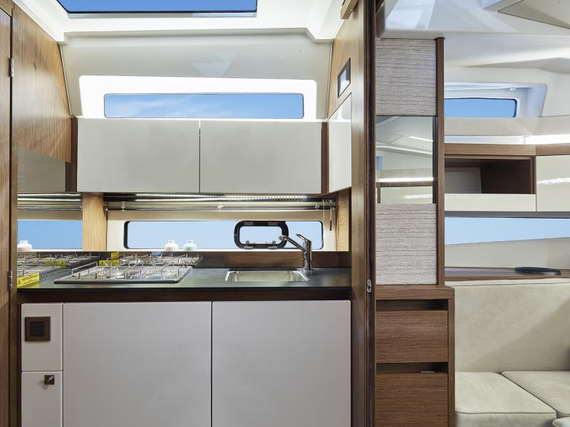 Leader 33 OB │ Leader of 11m │ Boat Inboard Jeanneau Large windows and a porthole allows for natural light 4489